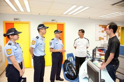 治安警察局訪機構作交通宣傳- 澳...