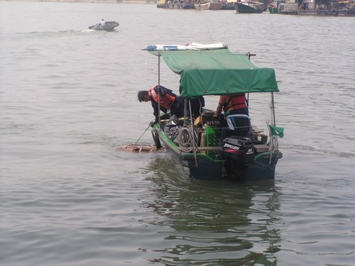 港务局派出船队及人员清理海面垃圾3