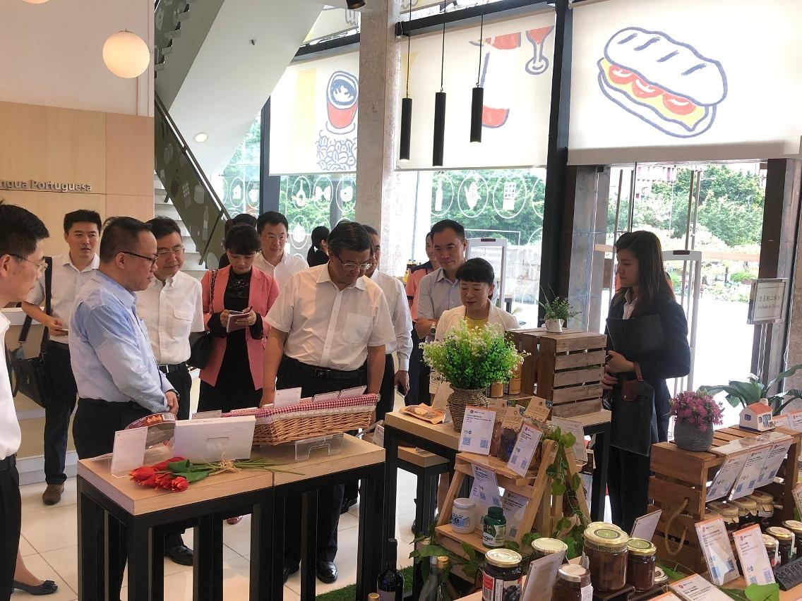 貿促局主席劉關華向海關總署一行介紹葡語國家食品展示中心