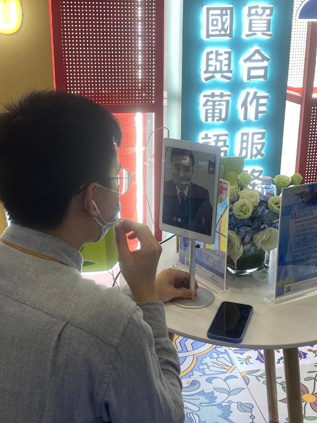 Serviços de consultoria, por vídeo e em tempo real, sobre o ambiente de negócios de Macau no Pavilhão de Macau.
