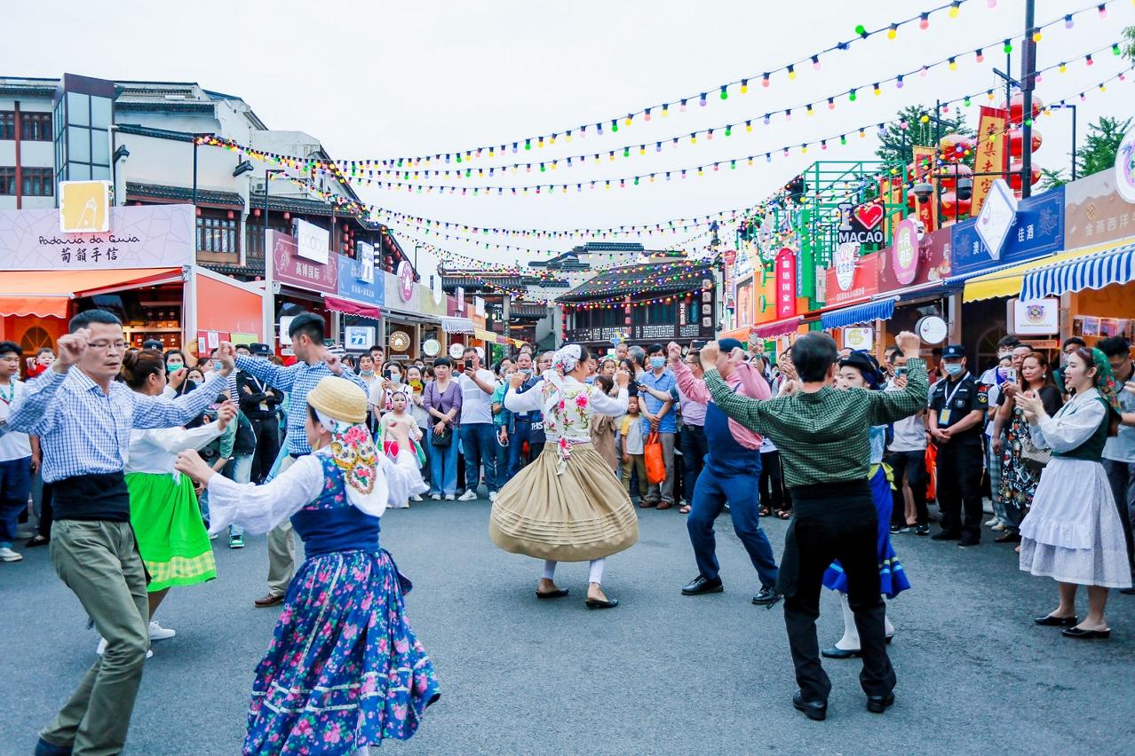 南京市民駐足觀賞葡國土風舞