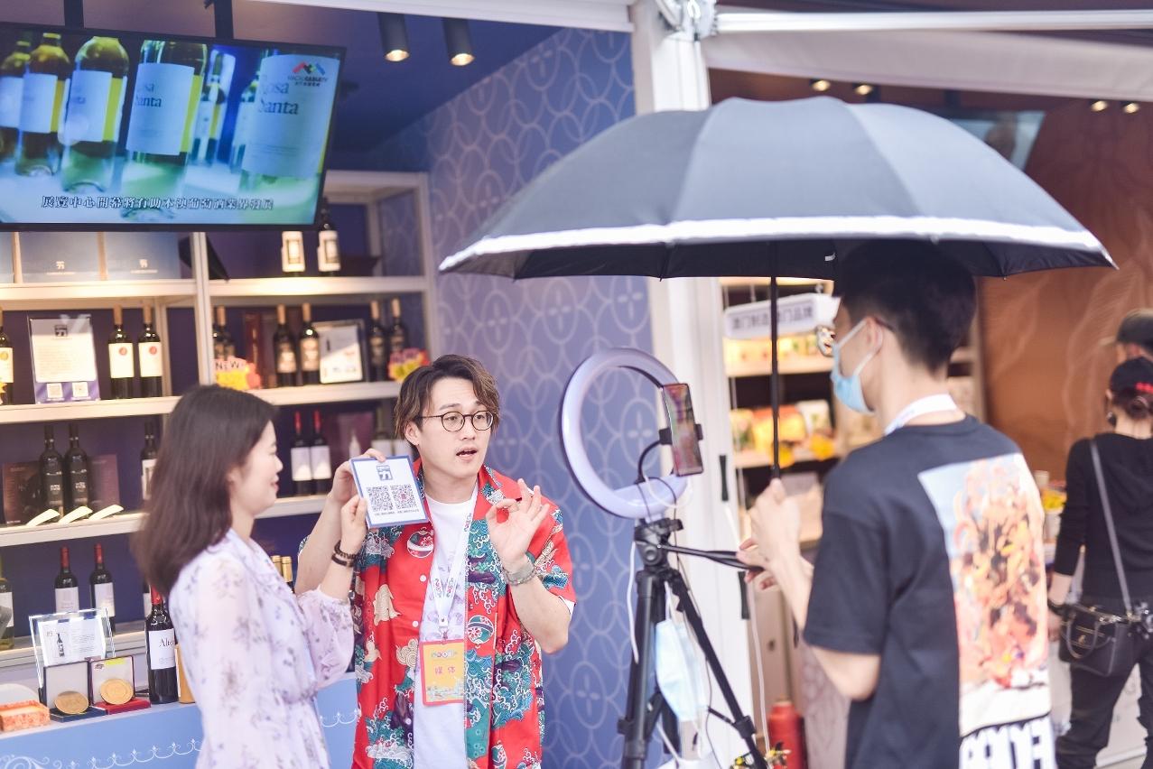 現場有多名內地及澳門旅遊、時尚達人及KOL在展區內進行直播活動。