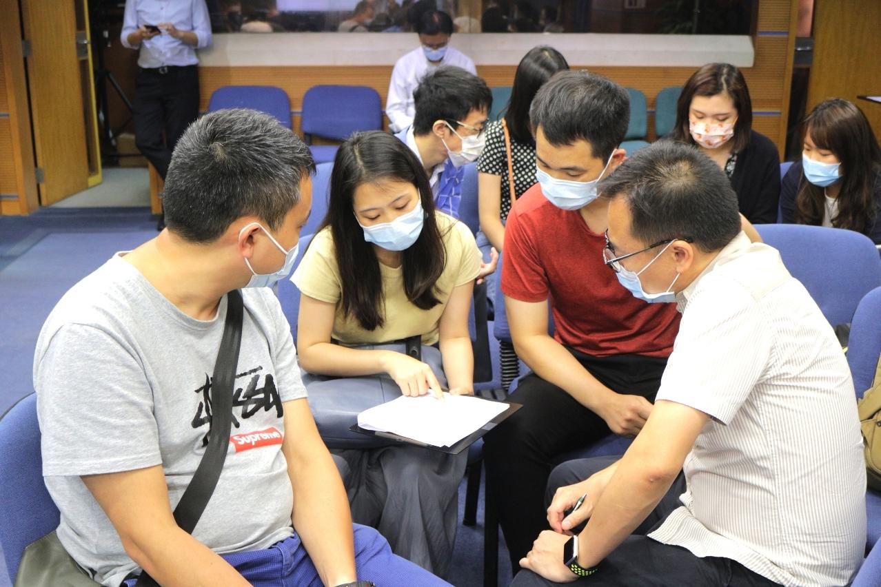 學員分組討論課程內容