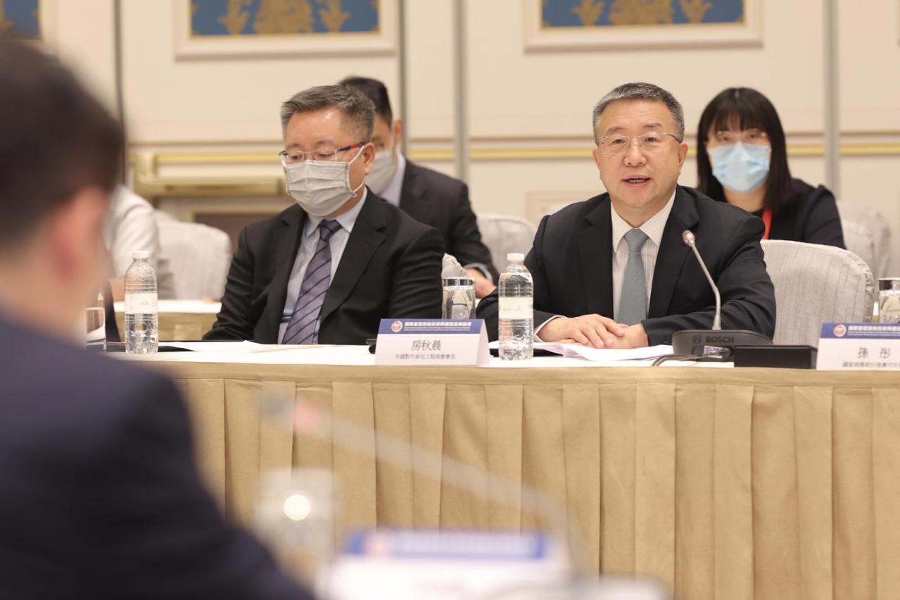 中國對外承包工程商會會長房秋晨在會上發言