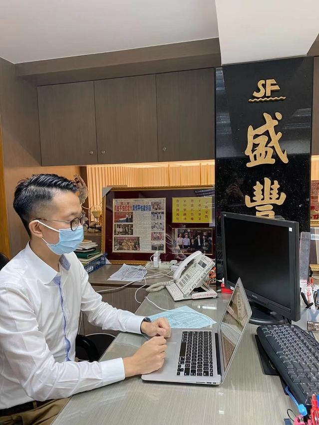 澳門青年企業家協會副理事長、盛豐珠寶Entwine創辦人李居明講解。